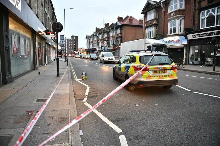 Σκηνές – Σοκ στο Λονδίνο: Όχλος κυνήγησε, γρονθοκόπησε και μαχαίρωσε νεαρό άνδρα στη μέση του δρόμου
