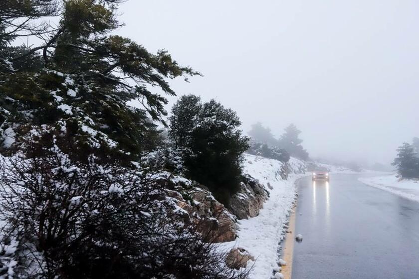 Καιρός: Ο Ραφαήλ έφερε χιόνια και στην Αττική – Με αντιολισθητικές αλυσίδες στη Λ. Πάρνηθος