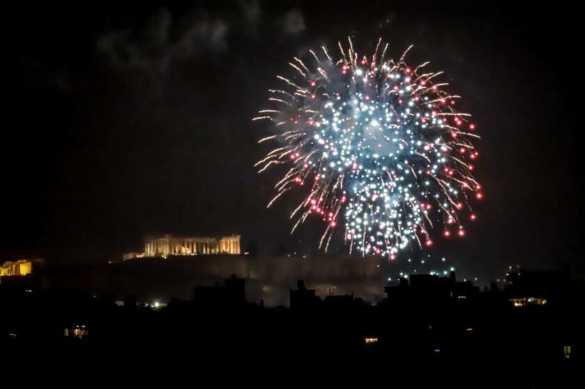 Πρωτοχρονιά 2019: Φαντασμαγορικό σόου στην Αθήνα  - «Άστραψε» ο ουρανός από τα πυροτεχνήματα (Pics)