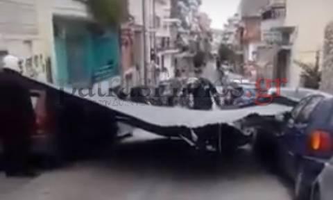 Παρ' ολίγον τραγωδία στην Πάτρα: Σφοδροί άνεμοι «εκτόξευσαν» στο δρόμο στέγη αλουμινίου