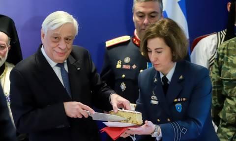 Στον Πρόεδρο της Δημοκρατίας το φλουρί της πίτας της Προεδρικής Φρουράς (pics)