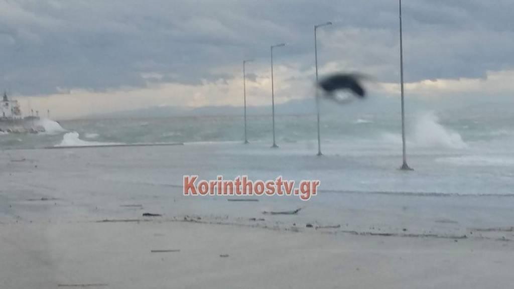 Καιρός: Η θάλασσα βγήκε στη στεριά στην Κόρινθο (pics)