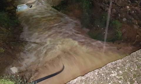Καιρός: Ισχυρή βροχόπτωση στην Κω- Παρασύρθηκε αυτοκίνητο από νερά (vids)
