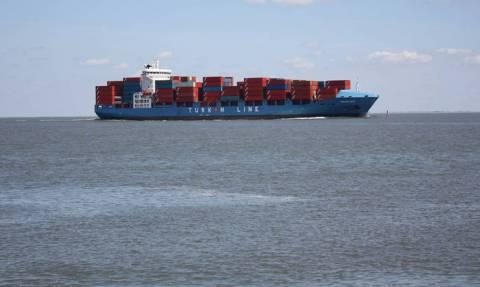 Ξαφνικά έγινε πιο ελαφρύ το καράβι: «Μπάταρε» από τους σφοδρούς ανέμους κι έχασε 270 κοντέινερ