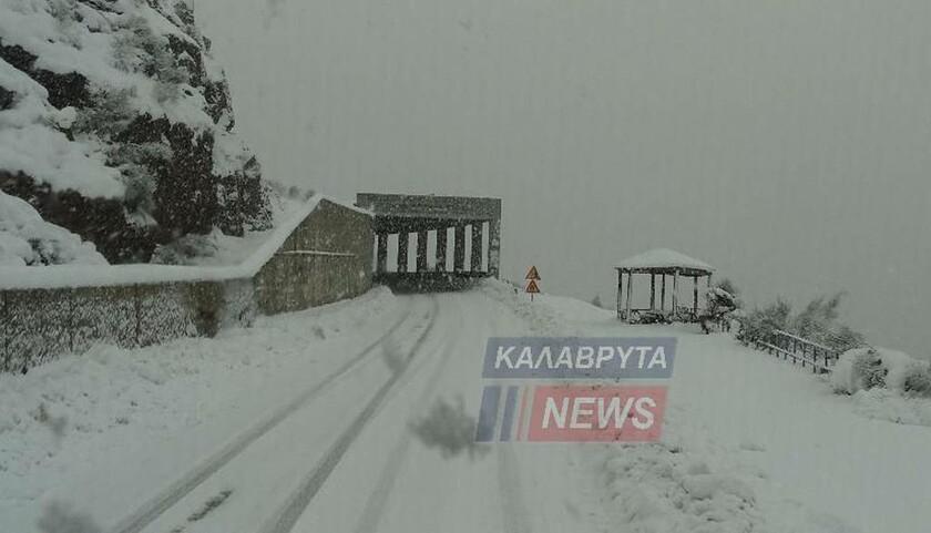Καιρός LIVE: Σε κλοιό χιονιά η Ελλάδα – Λευκό τοπίο από Μακεδονία μέχρι Πελοπόννησο (pics&vids)