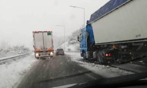 Καιρός: Εγκλωβίστηκαν οδηγοί στο δρόμο για τη Βέροια (pics)