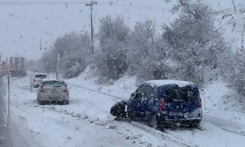 Κακοκαιρία: Δίπλωσε νταλίκα στο Βόλο - Ουρές χιλιομέτρων μέσα στα χιόνια