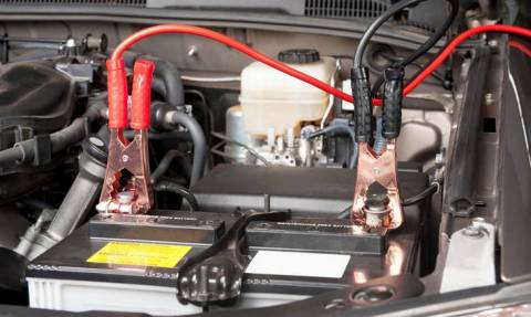 Γνωρίζετε πως να δίνετε σωστά ρεύμα σε αυτοκίνητο που έμεινε από μπαταρία;