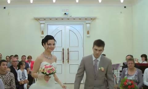 Θεϊκό βίντεο: Γαμπρός λιποθυμάει μέσα στην εκκλησία! Δείτε πώς τον κοιτάζει μετά η νύφη!