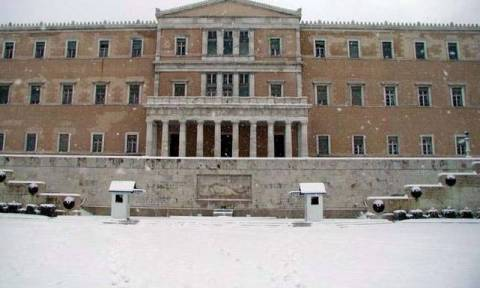 Καιρός ΤΩΡΑ: «Κλείδωσε» - Χιόνια και στο κέντρο της Αθήνας - Δείτε πότε!