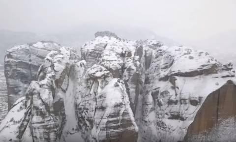 Μαγικές εικόνες από τα χιονισμένα Μετέωρα (video)