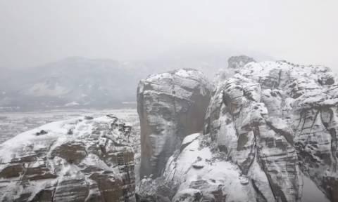 Καιρός: Ονειρικό τοπίο στα χιονισμένα Μετέωρα (pics+vid)