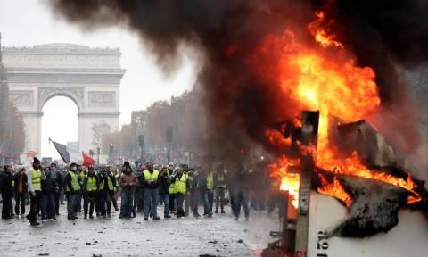 Στο δρόμο ξανά τα «Κίτρινα Γιλέκα»: Οδομαχίες και πύρινα οδοφράγματα στο Παρίσι (Vids)