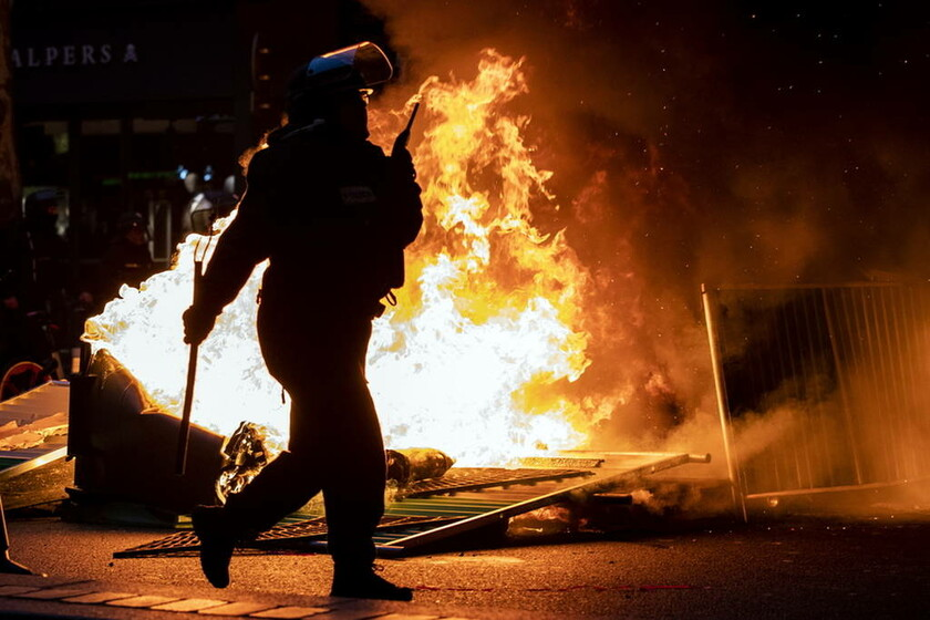 «Φωτιά» βάζουν ξανά στο Παρίσι τα «κίτρινα γιλέκα»: Σφοδρές συγκρούσεις ενάντια στην ακρίβεια (Pics)