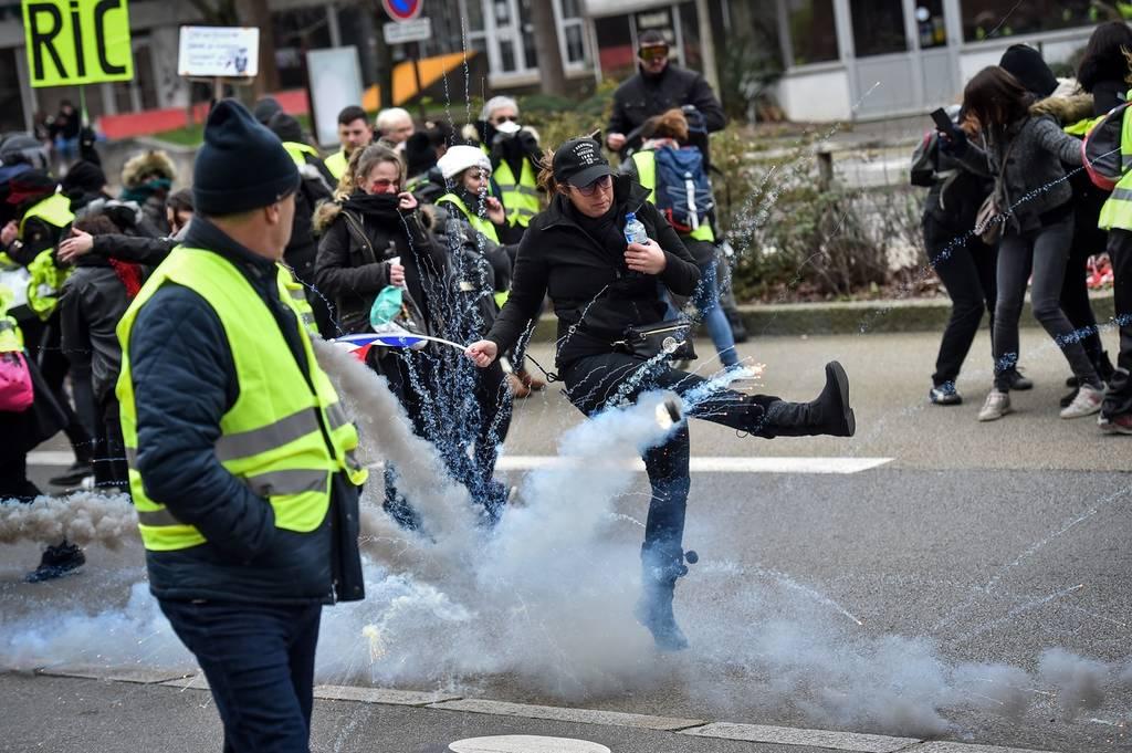 Πανικός στο Παρίσι: Τα «κίτρινα γιλέκα» μπούκαραν με όχημα σε κυβερνητικά γραφεία - Δείτε το βίντεο