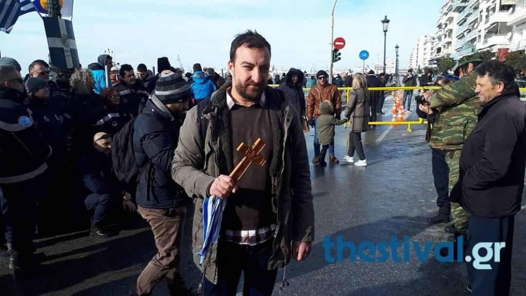 Θεοφάνεια 2019: «Για τη Μακεδονία» φώναξε ο άντρας που έπιασε τον Τίμιο Σταυρό στη Θεσσαλονίκη (vid)