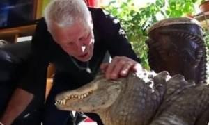 Αν νομίζετε πως αυτός ο άνδρας βρίσκεται σε ζωολογικό κήπο, γελιέστε! Δείτε το βίντεο