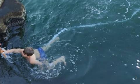Θεοφάνεια: 10χρονος βούτηξε στα παγωμένα νερά του Αμβρακικού (pics+vid)