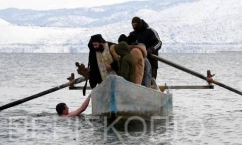 Θεοφάνεια: Ο αγιασμός των υδάτων στη λίμνη Βεγορίτιδα της Φλώρινας (pics+vid)