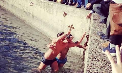 Θεοφάνεια 2018: Γνωστός Έλληνας βούτηξε στα παγωμένα νερά και έπιασε τον σταυρό!