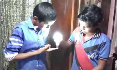 Αυτό είναι το παιδί «θαύμα» που ανάβει λάμπες με το άγγιγμά του! (video)