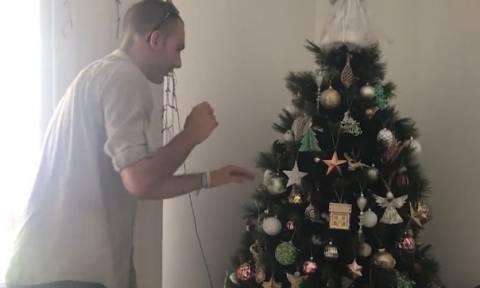 Έπαθαν… πλάκα: Δείτε τι βρήκε οικογένεια στο χριστουγεννιάτικο δέντρο (video)