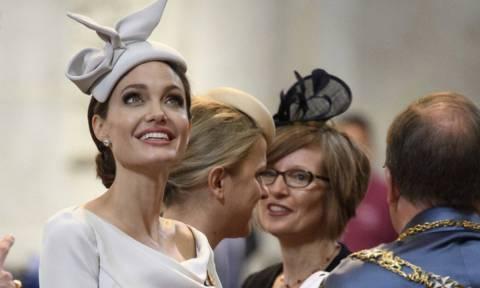 Μόνο η Angelina Jolie θα μπορούσε να πάει στο μανάβικο ντυμένη κάπως έτσι...