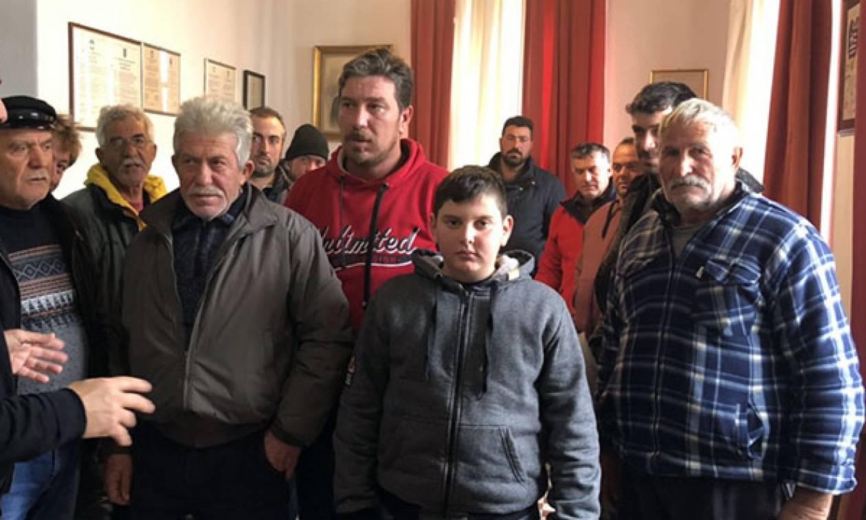 Λέρος: Αγανακτισμένοι αλιείς στο δημαρχείο - Τους αφαίρεσαν τις άδειες