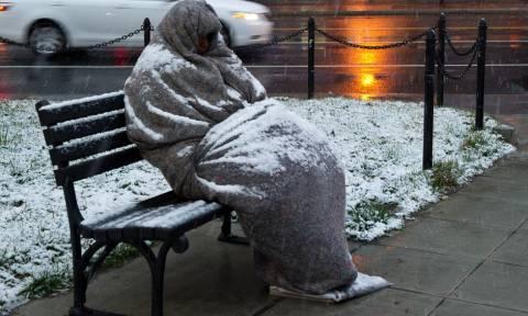 Χιόνια στην Αθήνα και το ερώτημα είναι το εξής: «Εσύ, πόσους άστεγους προσπέρασες σήμερα;»