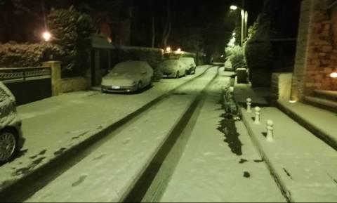 Καιρός Live: Ο χιονιάς «σαρώνει» την Αθήνα - Το έστρωσε στα βόρεια προάστια (pics+vids)