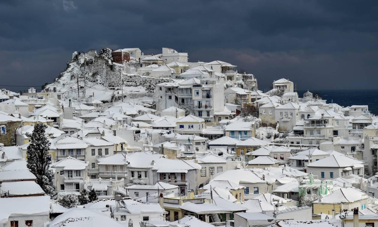Καιρός ΤΩΡΑ: Χωρίς ρεύμα η Σκόπελος – Σφοδρή χιονόπτωση στο νησί
