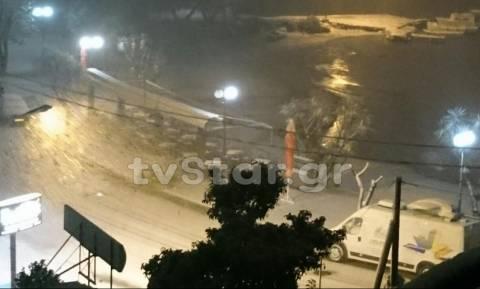 Καιρός ΤΩΡΑ: Ισχυρή χιονόπτωση στη Χαλκίδα - Κλειστά τα σχολεία στην πόλη