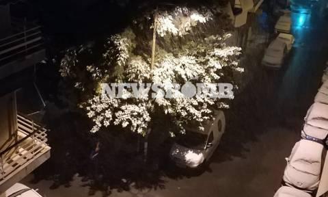 Καιρός ΤΩΡΑ - Χιόνια στην Αθήνα: To «στρώνει» στο κέντρο της πόλης (vid+pic)