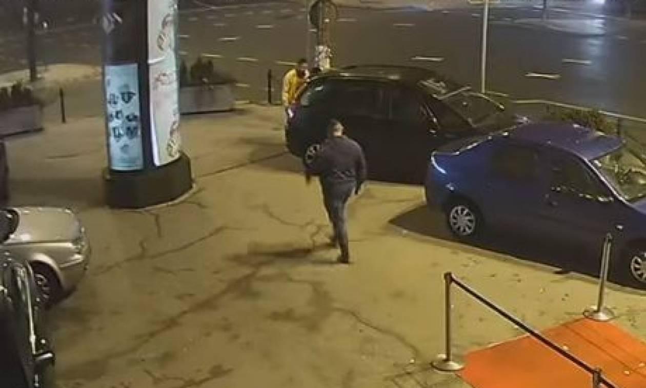 Ψευτονταής χτυπάει γυναίκα έξω από κλαμπ και τρώει το ξύλο της χρονιάς του από ΜΜΑer! (vid)
