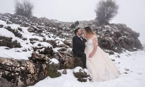 Καιρός: Τολμηροί νεόνυμφοι φωτογραφήθηκαν στον χιονισμένο Ψηλορείτη