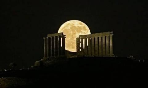 Με τα μάτια καρφωμένα στον ουρανό: Αντίστροφη μέτρηση για την εντυπωσιακή ολική έκλειψη σελήνης