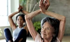 Δασκάλα yoga 100 ετών αποκαλύπτει τη «μαγική» φράση που επαναλαμβάνει κάθε πρωί