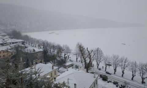 Καιρός: Παγοδρόμιο... η λίμνη της Καστοριάς - Μαγευτικές εικόνες (pics+vid)