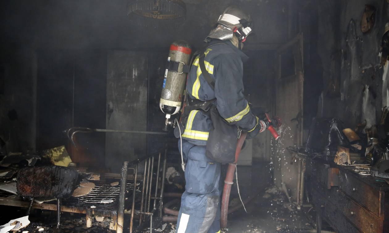 Συναγερμός στα Κάτω Πατήσια: Απεγκλωβίστηκε άνδρας από φλεγόμενο σπίτι