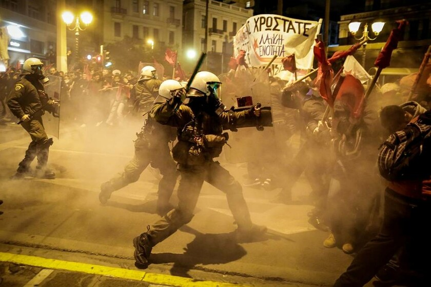 Ένταση, συγκρούσεις και χημικά στην πορεία κατά της Μέρκελ στο κέντρο της Αθήνας