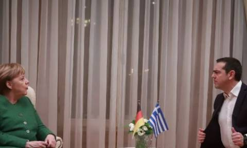 Η φωτογραφία από τη συνάντηση Τσίπρα – Μέρκελ που διέλυσε το Ίντερνετ