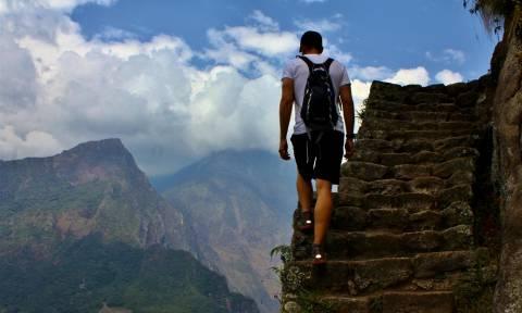Τα «σκαλιά του τρόμου» που προσφέρουν εκπληκτική θέα στο Μάτσου Πίτσου (vid)