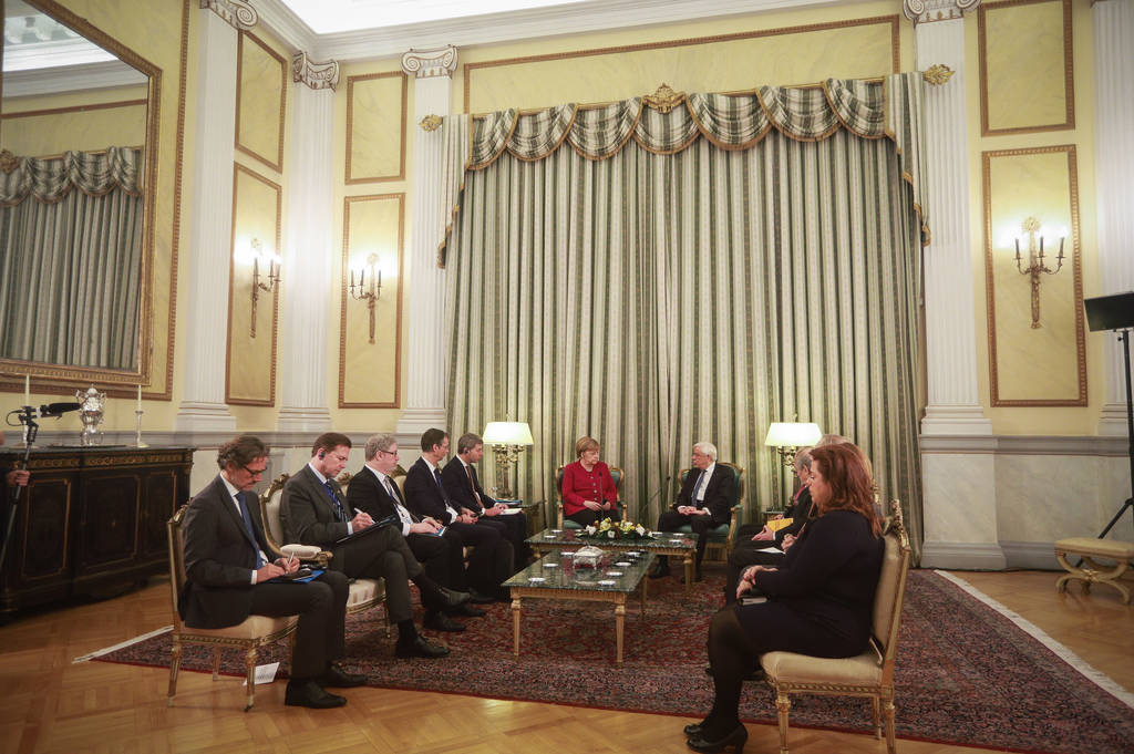 «Χαμένοι» στη μετάφραση: Τεχνική βλάβη «πάγωσε» τη συνάντηση Μέρκελ - Παυλόπουλου