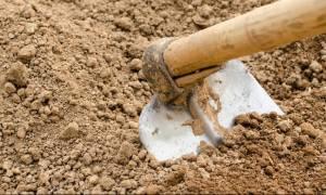Τραγωδία: Αγρότης έσκαβε σε χωράφι όταν η τσάπα του χτύπησε ρουκέτα θαμμένη στο χώμα (Vid)