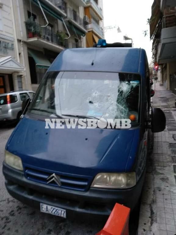 Επίθεση σε κλούβα των ΜΑΤ στην ΑΣΟΕΕ - Πυροβόλησε αστυνομικός