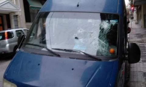 Επίθεση σε βαν της ΕΛ.ΑΣ. στην ΑΣΟΕΕ - Πυροβόλησε στον αέρα αστυνομικός