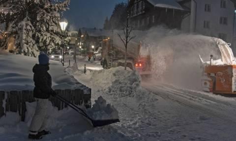 «Θάφτηκαν» στο χιόνι στην Αυστρία: Στρατιωτικά ελικόπτερα διέσωσαν 66 μαθητές (pics)