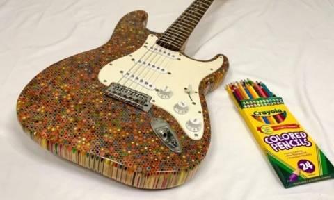 Εντυπωσιακό! Μια κιθάρα Fender Stratocaster από... 1.200 κραγιόν ζωγραφικής (vid)