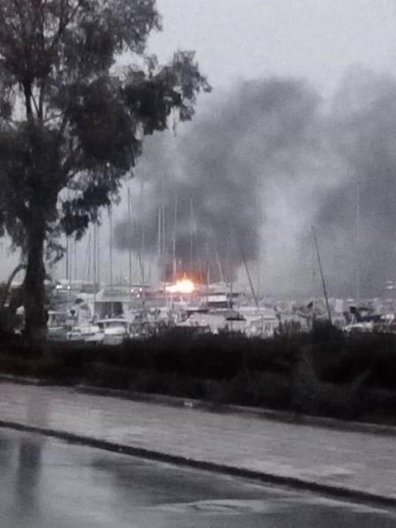 Πάτρα: Υπό μερικό έλεγχο η φωτιά στο λιμάνι (pics&vid)