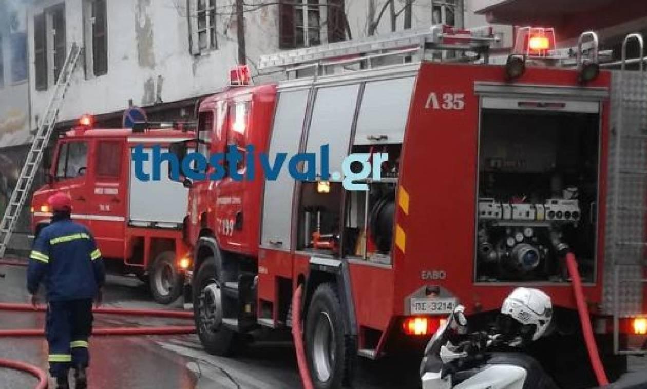Συναγερμός στη Θεσσαλονίκη: Καίγεται μονοκατοικία στην Άνω Πόλη (vid)